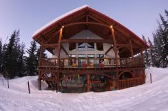 Heather Mountain Lodge / Photo: Heliskiing Canada